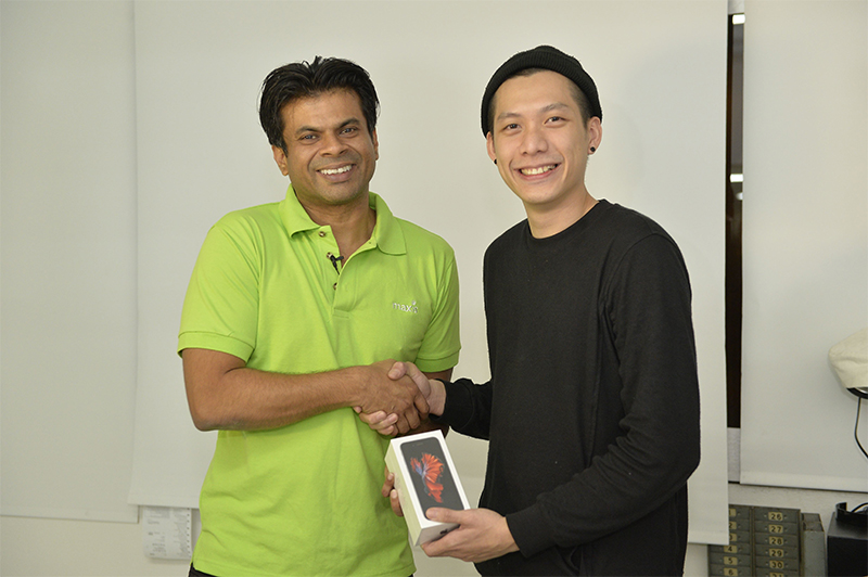 Dushyan (left) presenting the new iPhone 6s to Joe Chia (right), during the 24 Hour Maxis Express Delivery.