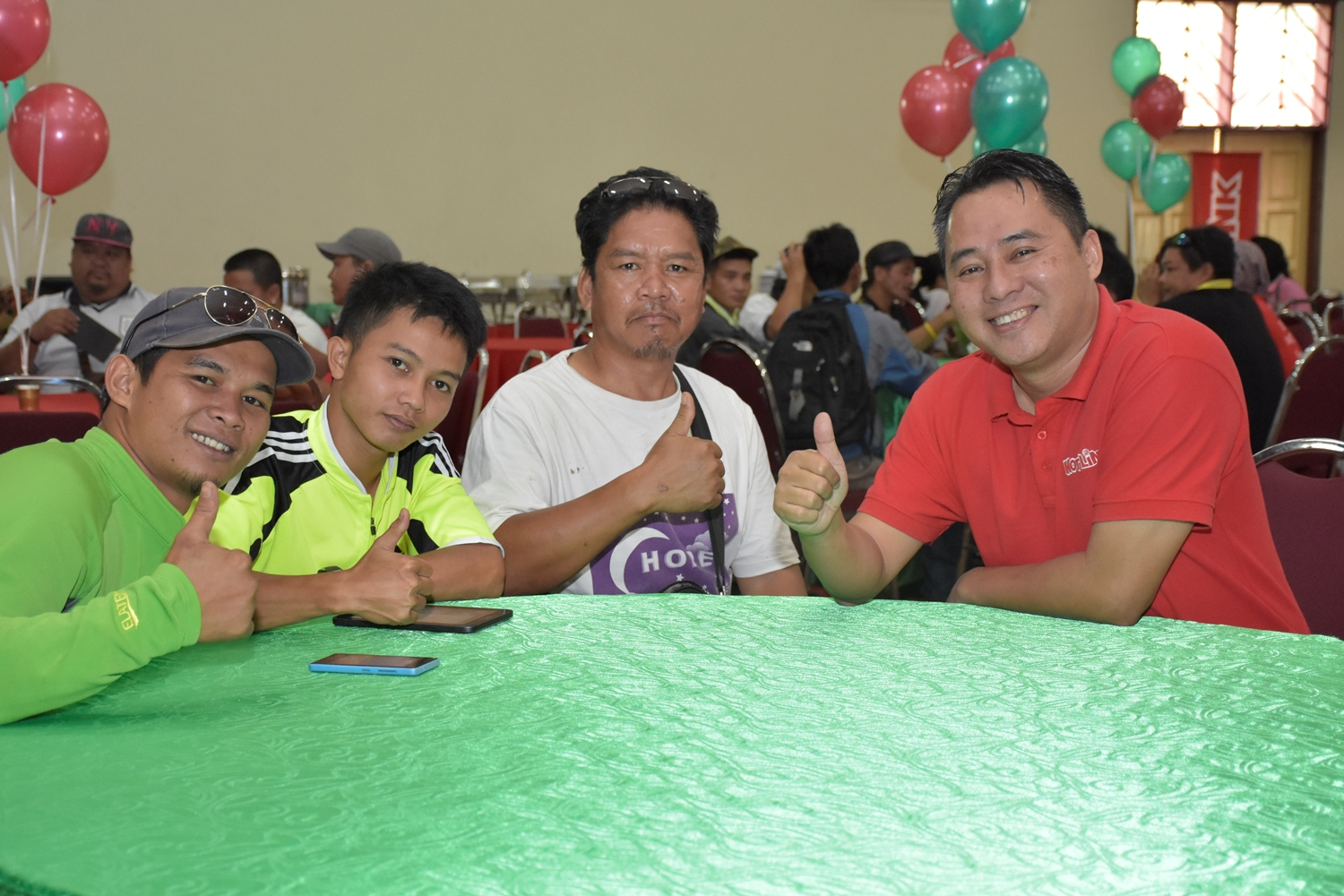 Spending time with Kinabalu mountain guides at Maxis' Christmas charity do. (From right - Melvin Jeffrine Mojinun, Maxis Head of Sabah Region and the mountain guides)