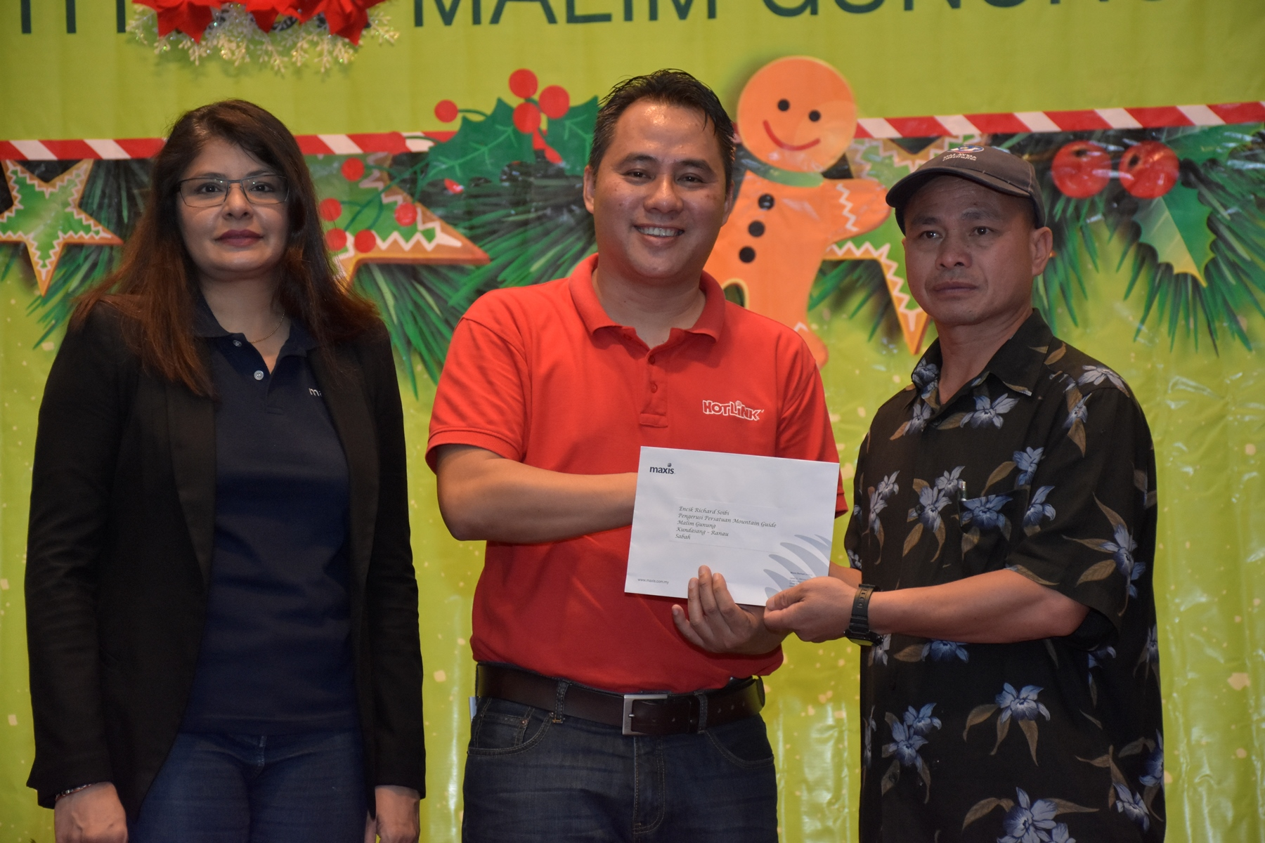 Maxis contributed RM10,000 to Richard Soibi, Chairman, Mount Kinabalu Guides Association. (From Left, Mariam Bevi Batcha, Head of Corporate Affairs and Melvin Jeffrine Mojinun, Maxis Head of Sabah Region)