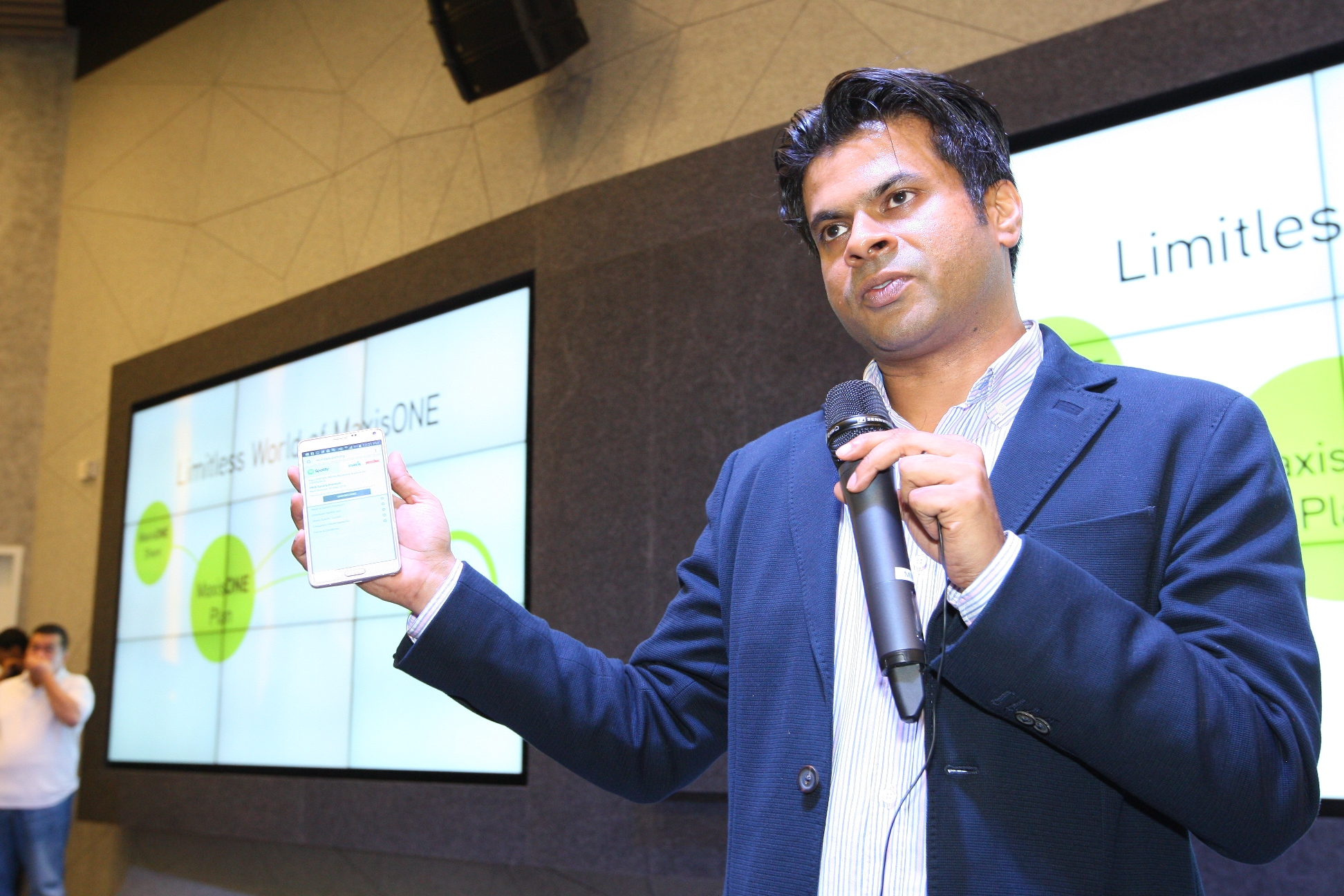 Dushyan Vaithiyanathan, Maxis' Head of Consumer Business, explaining the many benefits of the Limitless World of MaxisONE during the event.